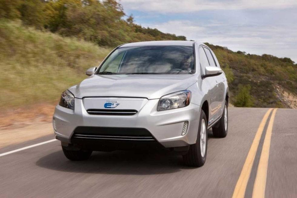 Det är ingen billig bil som Toyota och Tesla tagit fram. Enligt Toyota själva kommer bilen kosta ungefär dubbelt så mycket som de 229 900 kronor som en RAV4 med traditionell förbränningsmotor kostar.