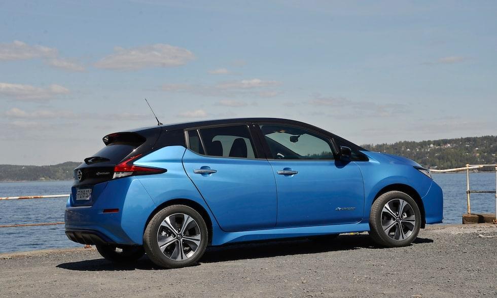 Nya Nissan Leaf, med kraftigare batteri och därmed ökad räckvidd, badar i solen intill Oslofjorden.
