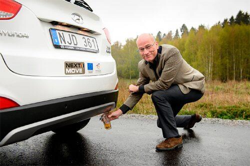 """Snacka om partytrick! Få bilar kan matcha """"ett glas vatten?""""-tricket."""