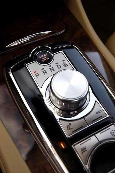 """Rund """"växelspak"""" hämtad från XF-modellen. Jaguar Drive Control är lätt att hantera, ett riktigt varumärkessignum."""