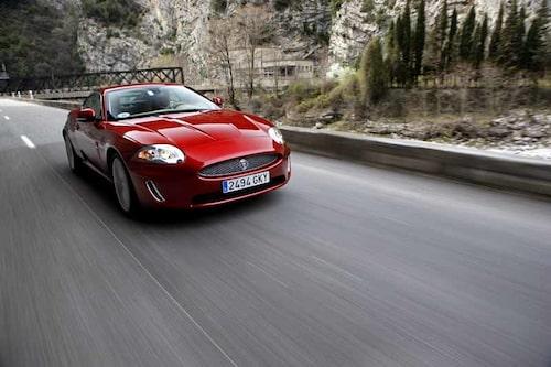 Tredje generationens AJ-V8 innebär 5,0 liter, 385 hästkrafter och 515 Newtonmeter. Och en motorsång som sätter känslorna i svall!