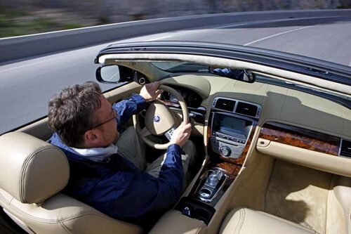 Hans Hedberg behöver inte anstränga sig bakom ratten på XK 5,0 – styr- och gasrespons har perfekt tajming.