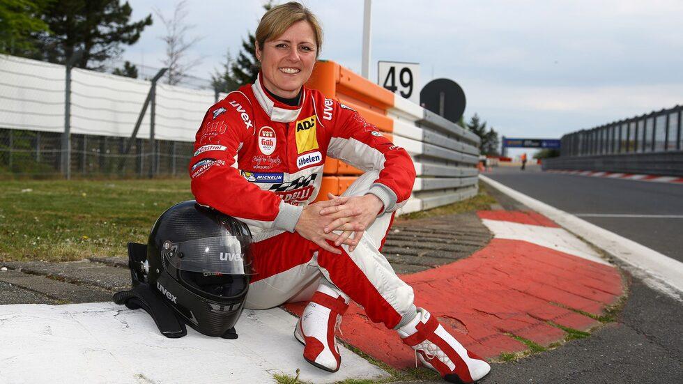Tidigare i år gick Sabine Schmitz bort efter en tids sjukdom. Nu hedras hon genom att en kurva på Nürburgring ska bära hennes namn.
