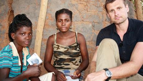 Världsföräldern Daniel Podkanski möter systrarna Nhacuay, 11, och Emma, 13.