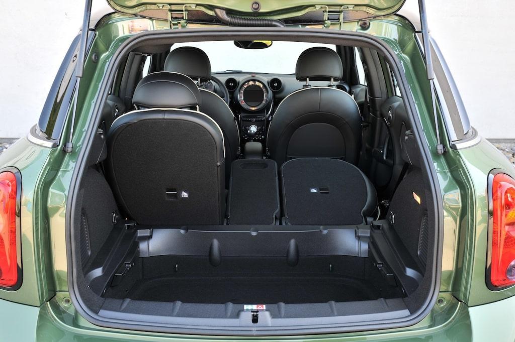 Countryman har ett smart, tredelat baksäte och ett precis tillräckligt stort bagageutrymme.