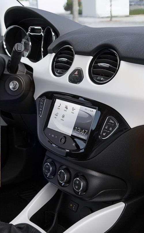Infotainmentsystemet med 7 tums pekskärm integrerar din smartphone via specialappar.