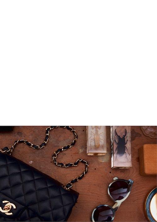"""""""Min väska från Chanel och mina favoritsolglasögon från Illesteva."""""""