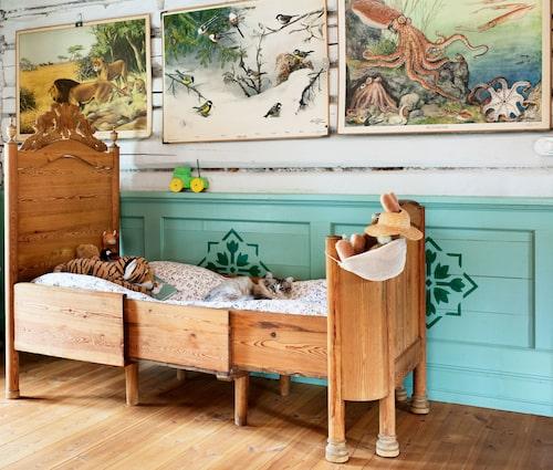När barnen fick välja vilka rum de ville ha, valde de att dela! I den utdragbara träsängen sover minstingen Edmond; de gamla skolplanscherna är loppisfynd.