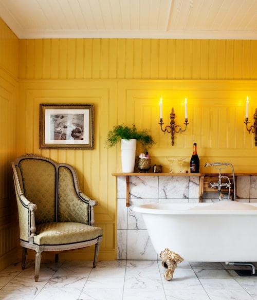 Badrum med boudoirstämning, skapad av pärlspont, marmorplattor från Marmorfabriken, badkar på tassar och 1800-talsbergère i rokokostil.