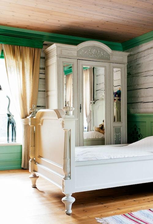 Det ståtliga spegelskåpet i barnens rum är köpt på auktion. Sängarna lär en gång ha stått på Stjernsunds slott, men de köptes via Blocket.