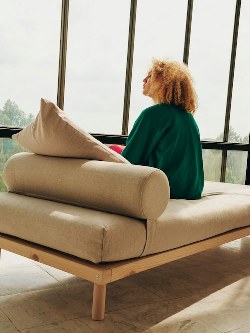 """Dagbädden är Virgil Ablohs hyllning till skandinavisk design och en multifunktionell plattform för hem i ständig rörelse. Som han själv säger: """"Drömmar blir till verklighet när du inte sover."""" Furu, bomull, lin."""