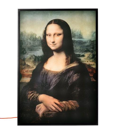 Den bakbelysta tavlan föreställande Leonardo da Vincis Mona Lisa suddar ut gränserna mellan konst och funktion. Lackat stål och styrenplast.