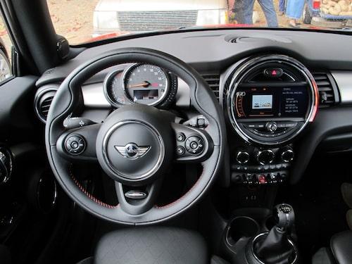 Fortfarande en inredning och instrumentering som står ut i den mer konforma bilvärlden. Notera att Mini numera startas via den röda knappen i mitten bland vippbrytarna framför växelspaken.
