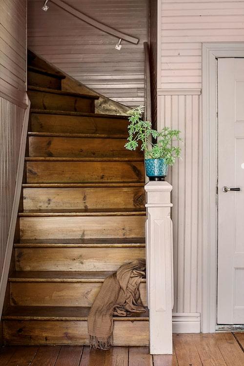 Det första man slås av då man stiger in i farstun är den oerhört vackra träpanelen målad i gammalrosa och gredelin, och den varma känslan som omfamnar en stannar kvar var man än går i huset.