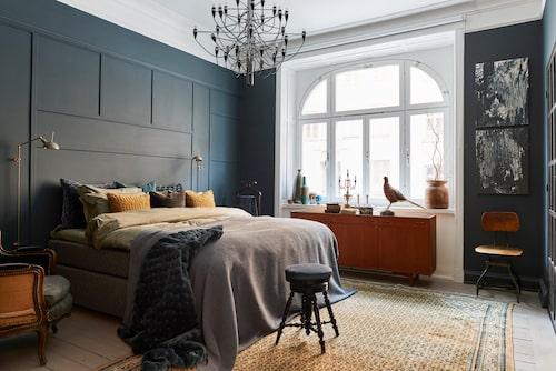 I sovrummet har ett nytt listverk byggts upp, allt målat i Alcros kulör Fado.