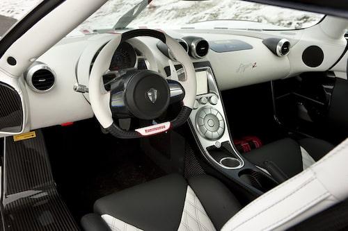 Den grova ratten är förarens kontakt med vägbanan genom korta och direkta styrutslag. Bilen upplevs stabil även i högre farter.