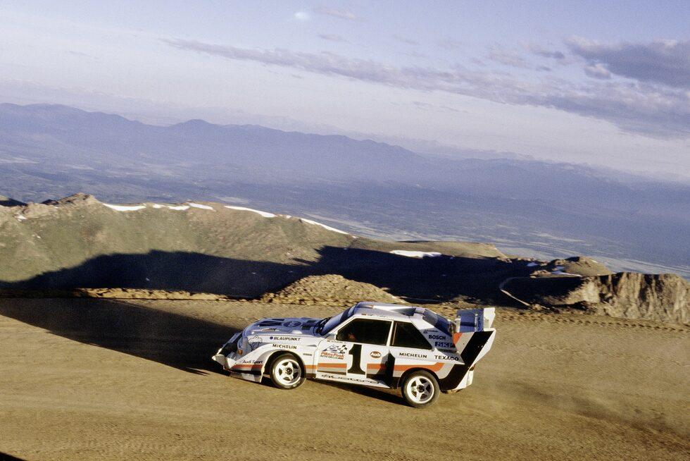 1987: Walter Röhrl flyger upp för Pikes Peak på ny rekordtid i en Audi Sport quattro S1.