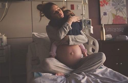 En sista kram innan hon blir storasyster. Foto: Crowned Photography