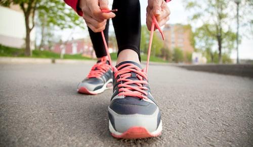 Snöra på dig träningsskorna och ta en promenad på lunchen.