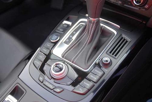 """Nedanför växelspaken hittar vi """"manövercentralen"""" – smartare och enklare att använda än BMW:s iDrive."""