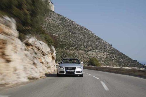 Audi A5 i sitt rätta element, på en av cornicherna ovanför det djupblå Medelhavet.