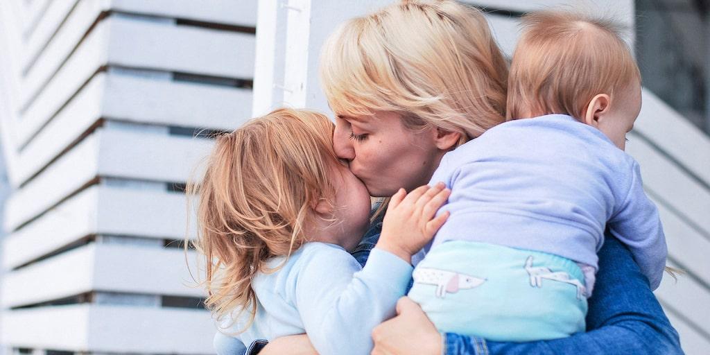 """""""Jag har läst att barn kan må bra av att föräldrar gör på olika sätt, men jag är rädd att min sambos sätt ska leda till att barnen får svårt att utveckla empati"""", skriver mamman."""