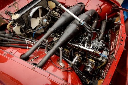 En expansionskammare för var cylinder. Den främre löper under  fronten.