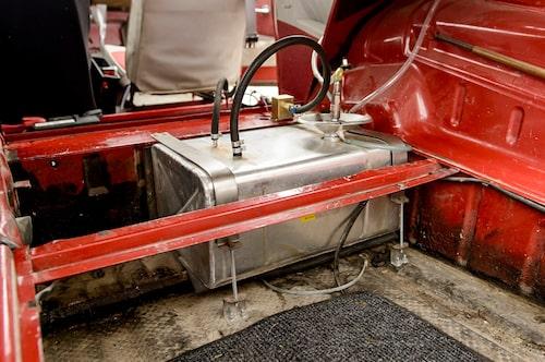 Bensintank av racingtyp, skumfylld för säkerhetens skull. Rymmer 20 liter oljeblandat.