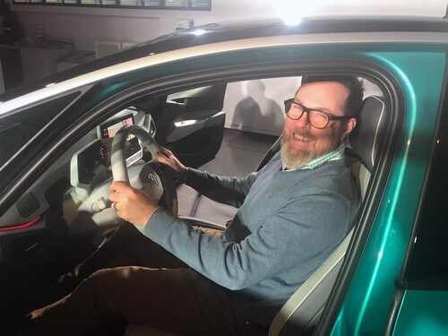 Marcus Engström på bilden har ingenting med förseningen att göra. Chefredaktören har bara provsuttit bilen i samband med avtäckningen i Sverige.