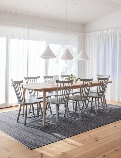 Matsalen med matbord Miss Holly från Stolab och stolar Lilla Åland från Carl Malmsten. Matta Strindbergsblå från Vandra rugs, papperslampor Virvel designade av Ingegerd Råman för Örsjö och skira