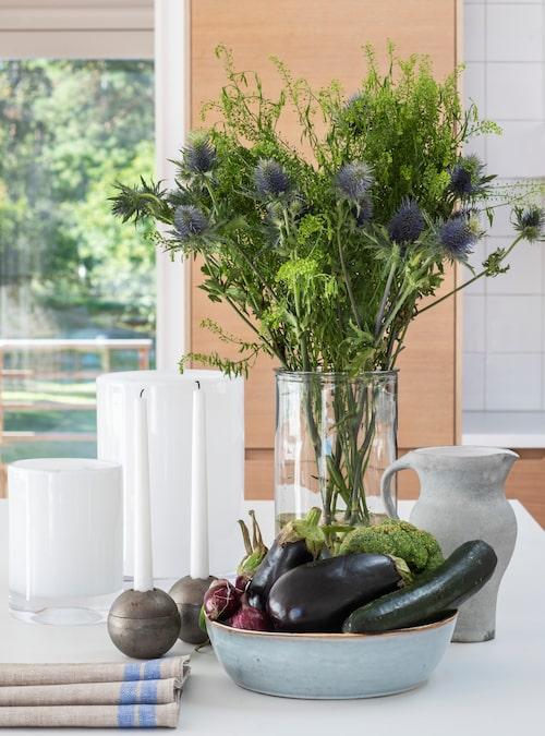 Vita glaslyktor från Skogsberg & Smart, klotformiga ljusstakar i gjutjärn, Drosselmeyer, karaff av Bissa G Segerson och keramikfat, Åhléns