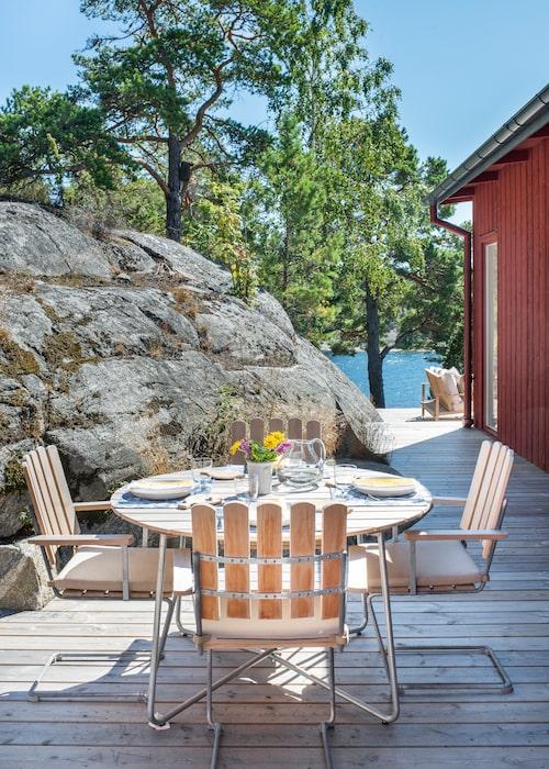 Strax utanför köket ligger en liten matplats i lä mellan huskroppen och bergväggen. Här står Grythyttans klassiska utemöbler, och bordet är dukat med tabletter från Ulrika Gyllstad och servetter designade av Elin Christensson.