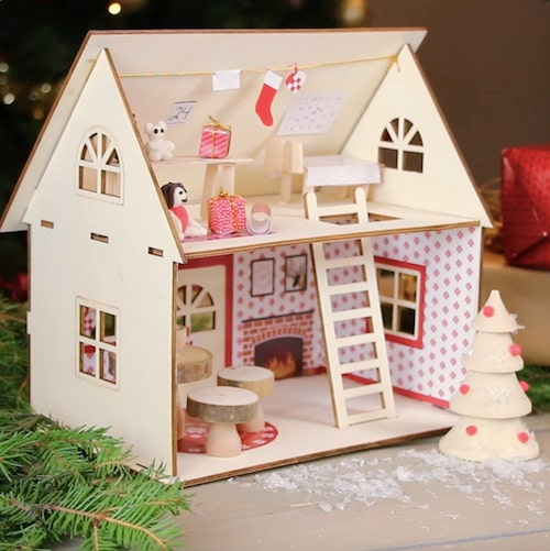 Nissens hus är gjort i trä och många fina dekorationer ingår.