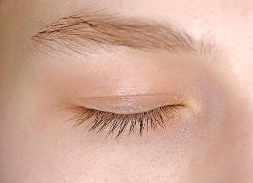 Den ömtåliga huden runt ögonen kräver lite extra kärlek och omtanke.