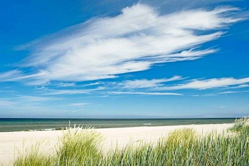 Fårös vidsträckta sandstränder nås med färja från stora ön.