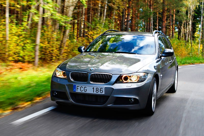 BMW 330d xDrive Touring är en snålare och snabbare bil än Volvos utmanare.