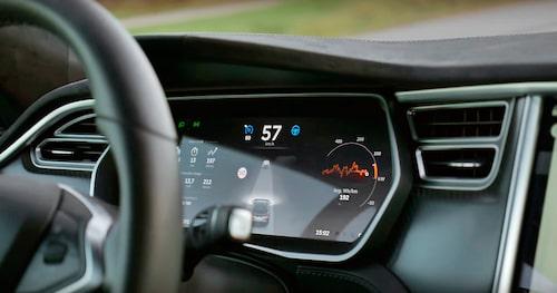 I mätarhuset ger bilen information om vad den ser, och hur bra den ser väglinjer och bilar.