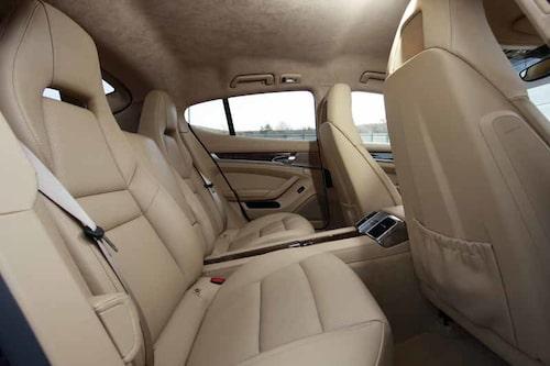 Baksätet är rymligt men också strikt tvåsitsigt. I fem meter bil.