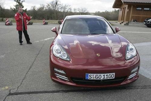 PeO Kjellström bönade och bad men att köra Porsche Panamera var det inte tal om. Han fick denna gång nöja sig med att sitta i baksätet och helt enkelt njuta därifrån.