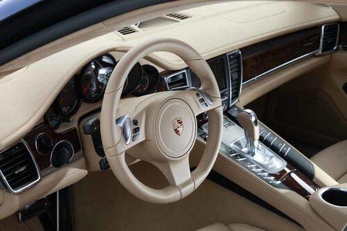 Interiören andas Porsche och mittkonsolen har drag av Carrera GT.