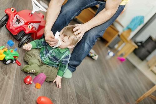 Har barnet corona eller en vanlig förkylning? Det är svårt att veta, därför är det viktiga att titta på barnets allmäntillstånd.