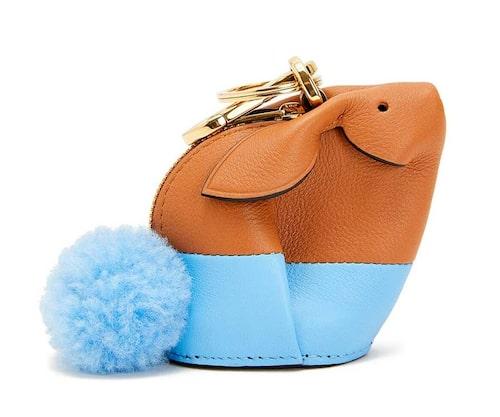 Olika typer av accessoarer kommer att säljas i butiken. Denna nyckelring i form av en kanin har blivit lite av Loewes maskot.