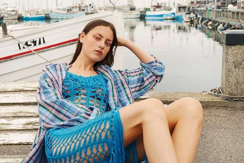 Skjorta av bomull/viskos, 4000 kr, Isabel Marant. Virkad klänning av akryl, 410 kr, Boohoo. Bikinitopp av polyamid/elastan, 940 kr, och bikinitrosor av polyamid/ elastan, 1290 kr, båda Isabel Marant.