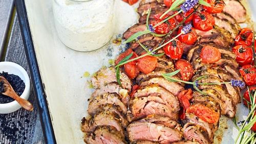 Recept på lammentrecôte med örter och rostad tomatdressing.