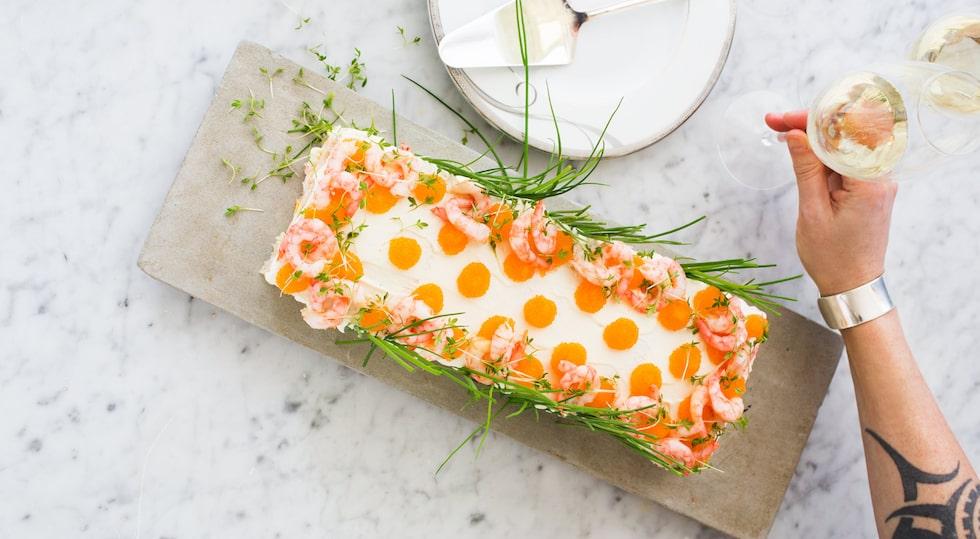 Smörgåstårtan är den perfekta bjudmaten som kan stå redo i kylen och räcker till många.