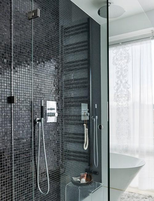 Dubbelduschen skärmas av med en glasvägg, vilket bibehåller badrummets luftiga känsla. Korgbricka och halsband, Love warrior.