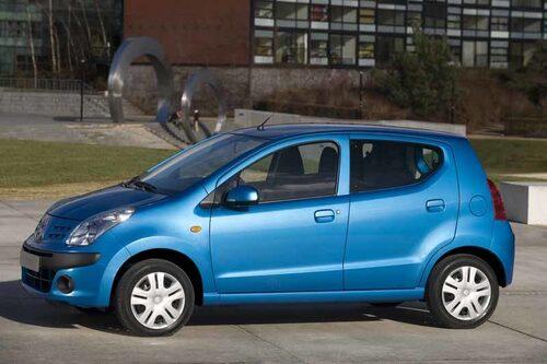 Nissan Pixo kommer enbart med fyra dörrar och det är bra. Bilen är strikt fyrsitsig och det gör att det blir gott om plats på bredden där bak.
