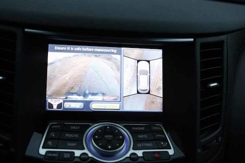 Kameror runt bilen kan visa en 360-gradersvy när det är dags att parkera.