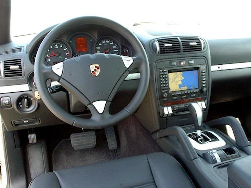 Sitt upp! Lite förändringar bakom ratten på högsta Porschen. Många små knappar.