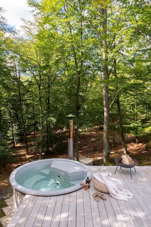 Vedeldad badtunna från Sotarns badtunnor. Puff från Ikea och badlakan från H&M Home.